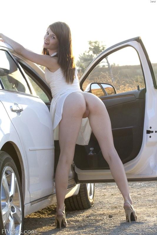 Раздеваться начала прямо на автостоянке