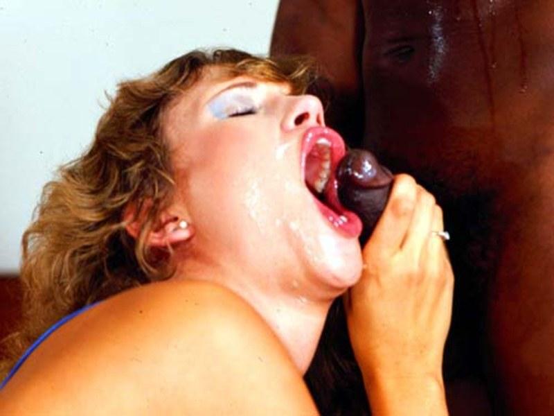 С черным членом во рту