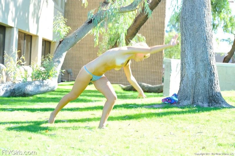 Трахает себя бананом между ног прямо в парке