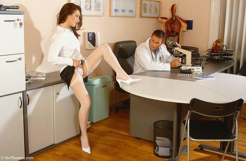 Доктор по первое число отодрал свою помощницу