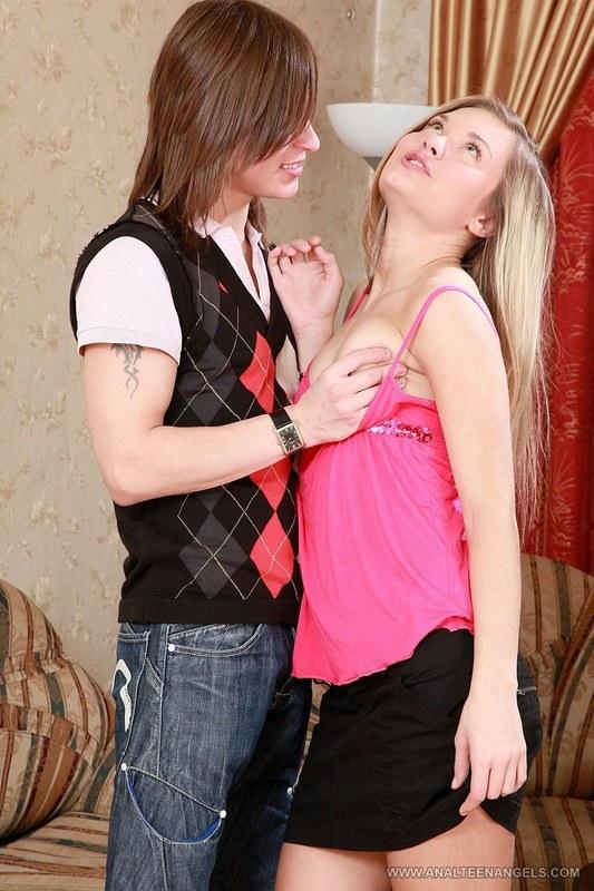 Стройные девушки профессионально обращаются с твердым членом