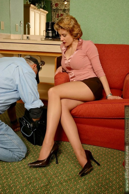 Милашка дала старичку возможность заглянуть себе под юбку