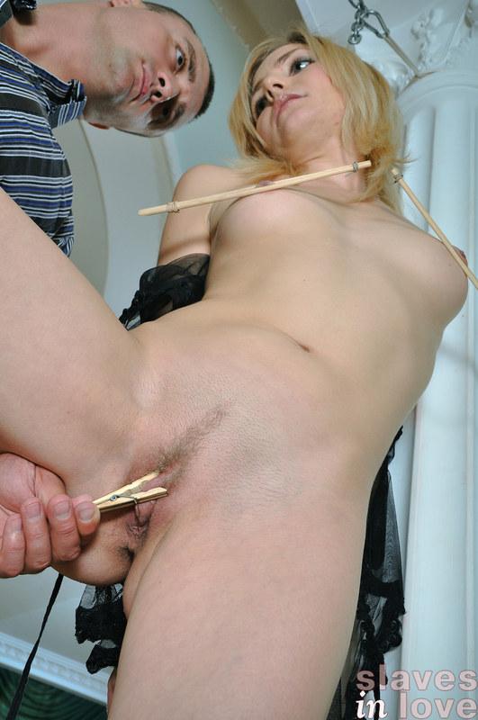 После зажигательного стриптиза блондинка не хотела расставлять ножки