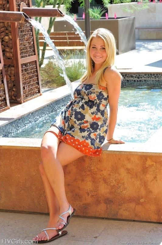 Обнаженная блондинка под потоком прохладной воды