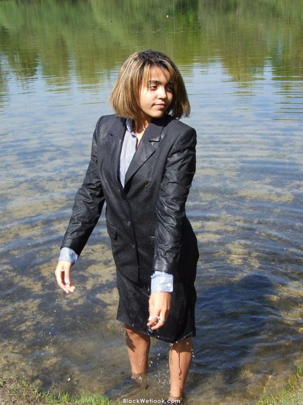 Мокрая блузка плотно облегает полную грудь без нижнего белья