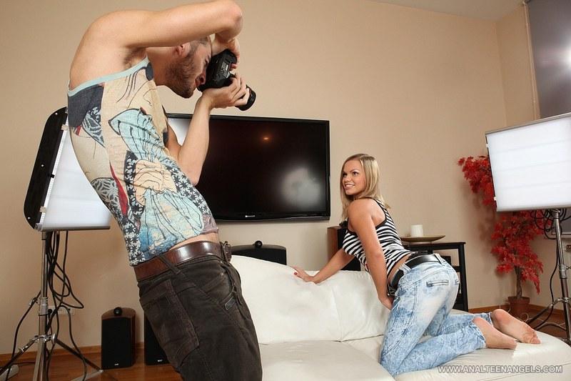 Красавица знает толк в эротических фото