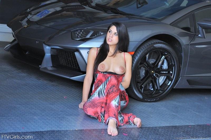 Трется сиськами о спортивную машину