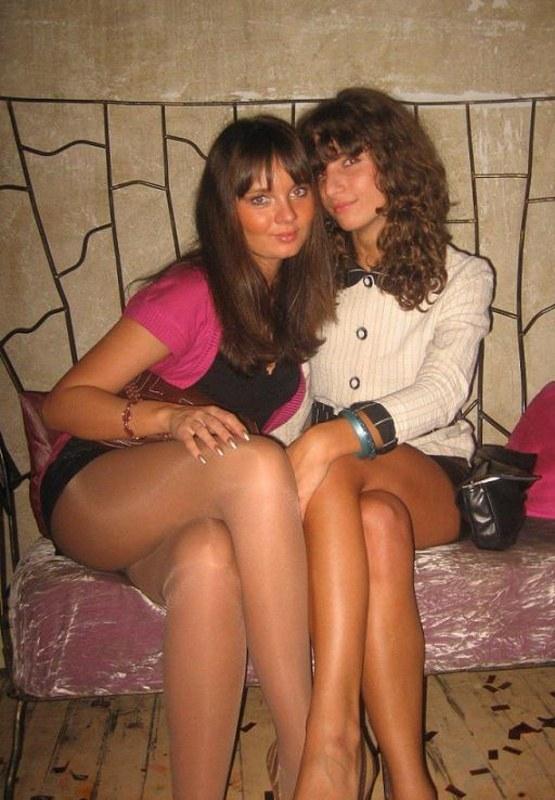 Стройные ножки в колготках и обнаженная грудь