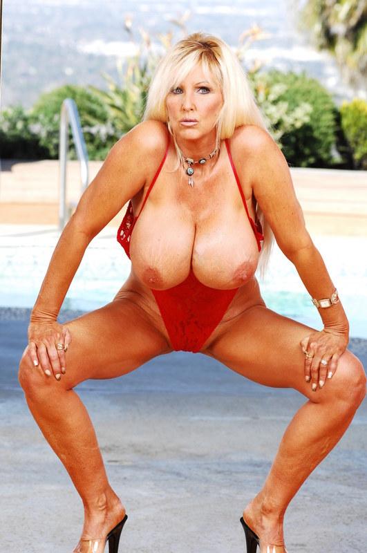 Голая зрелая женщина с большими сиськами