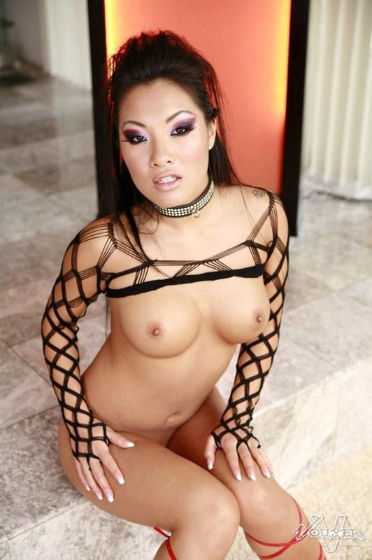 Сексуальная азиаточка берет в рот
