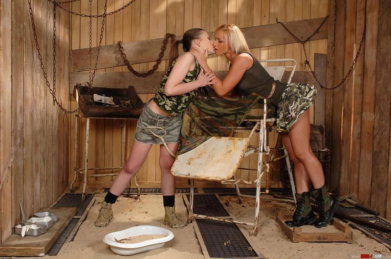 Только лесби могут так славно целоваться