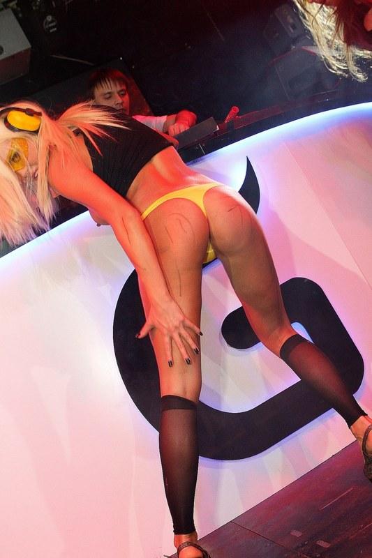 Зажигательный стриптиз в клубе перед публикой