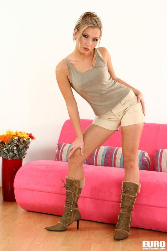 Привлекательная блондинка отдыхает на своем диване
