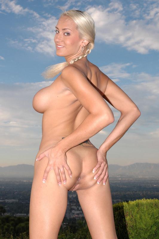 Блондинка показывает свои бампера