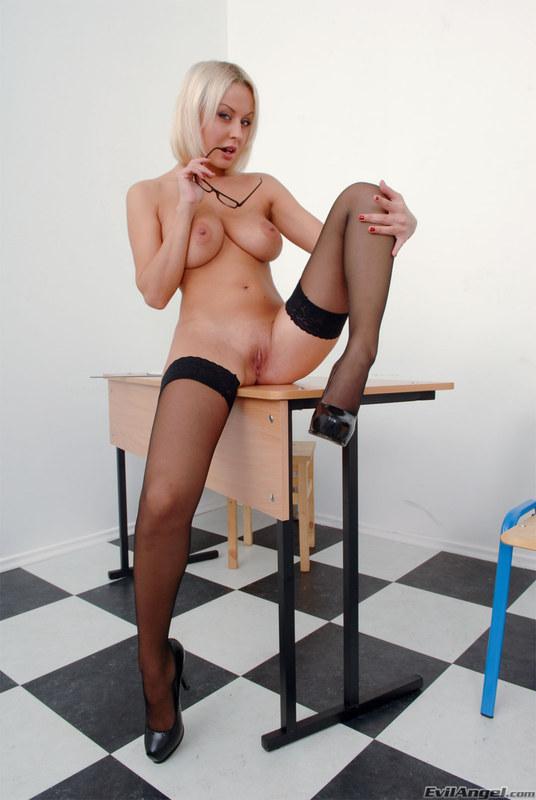 Блондинка раздвинула ножки и показала киску