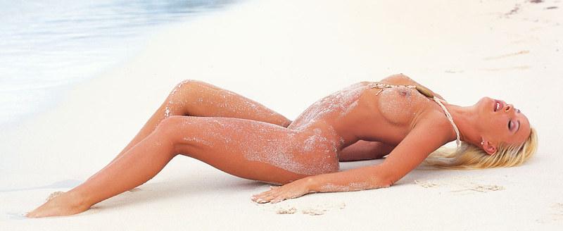 Соленые волны омывают сочные ягодицы блондинки