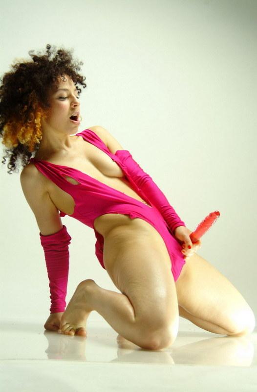Неординарные наряды сексуальной кудряшки